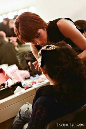 Mariola Reiríz maquillando en un evento